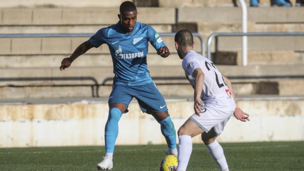Malcom (22) encara a un rival durante un partido en la pretemporada...