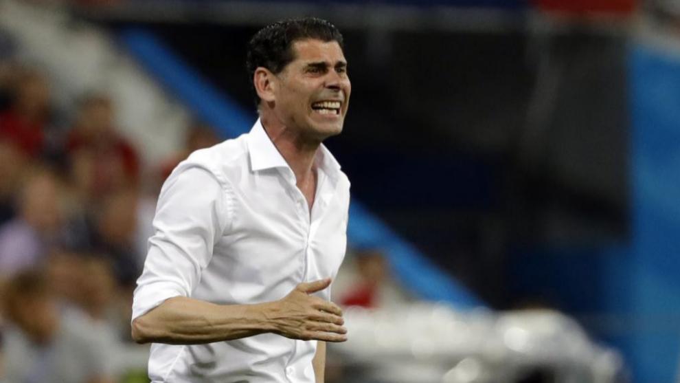 Fernando Hierro gesticula en la banda en un partido de la selección...