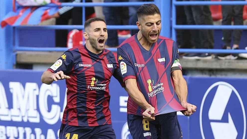 Zarfino celebra con rabia un gol en el Francisco de la Hera junto a...