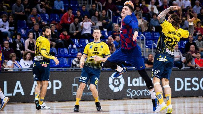 El pivote francés del Barcelona Ludovic Fabregas lanza ante el...
