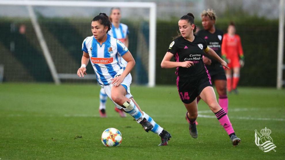 Kiana Palacios controla un balón ante la oposición de una rival.