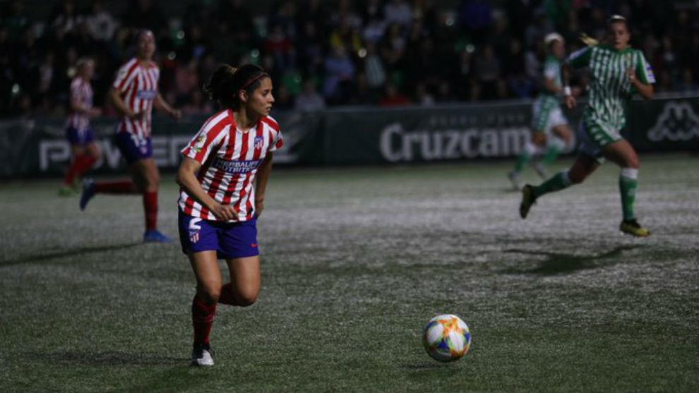 Kenti Robles conduce un balón ante el Betis en Sevilla.