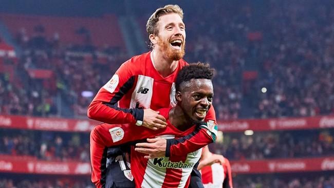 Muniain y Williams celebran con la grada el gol del Athletic