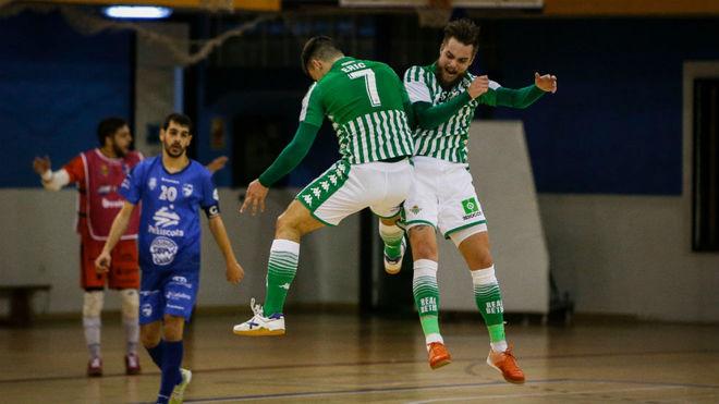 Eric y Víctor Arévalo, jugadores del Betis, celebran un gol.