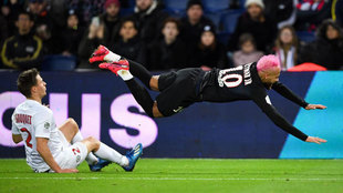 Neymar cae tras una entrada ante el Montpellier.