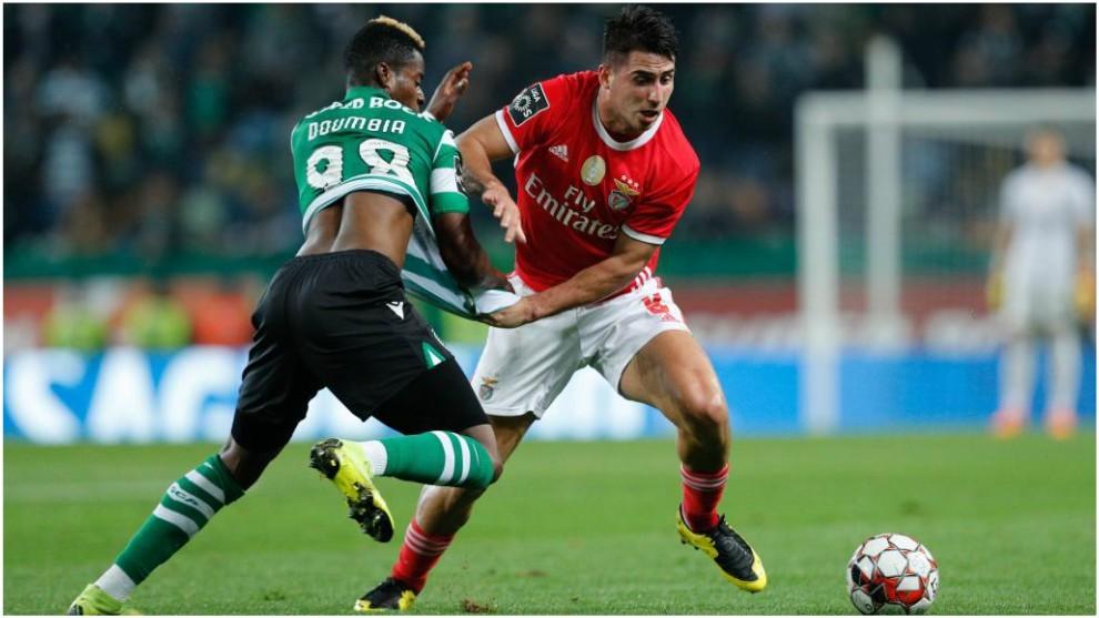 Gabriel se zafa del marcaje de Doumbia ante el Sporting CP.