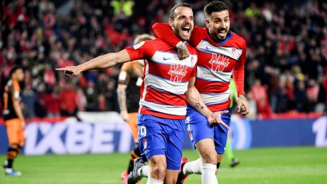 Soldado y Vadillo celebran un gol con el Granada.