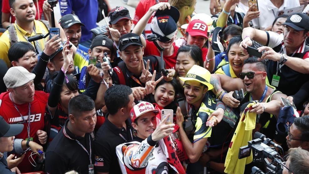 Marc Márquez, tras ser campeón en Tailandia, se hace un 'selfie'.