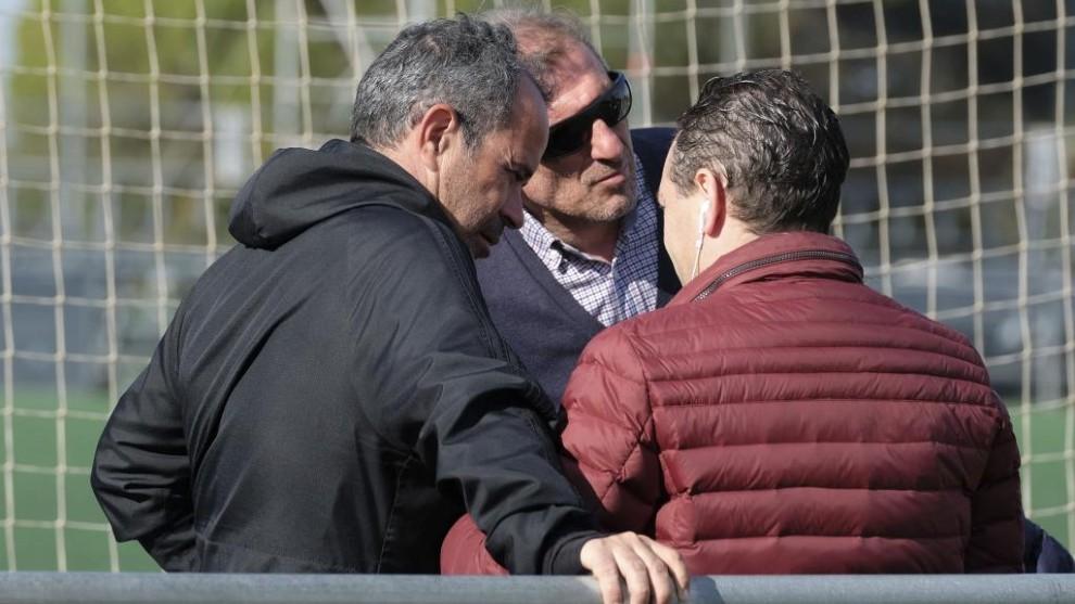 Álvaro Cervera conversa con Óscar Arias en un entrenamiento del...