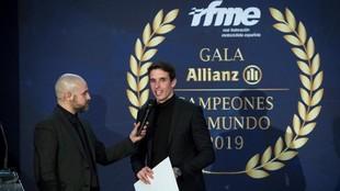 Álex Márquez, con Marc Martín, el presentador.