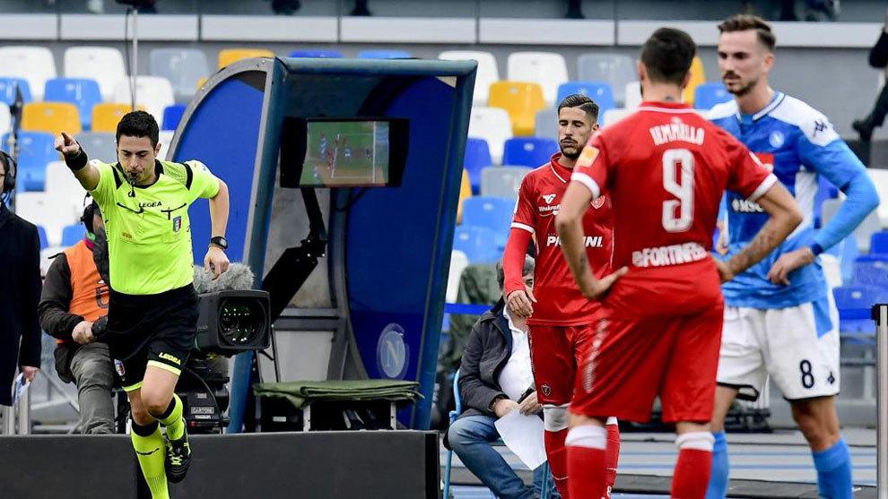 El árbitro Rosario Abisso decide consultar el VAR durante un...
