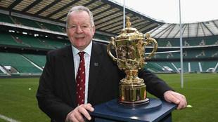 Bill Beaumont, con el trofeo Webb Ellis