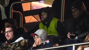 Neymar, en la grada durante un partido del PSG