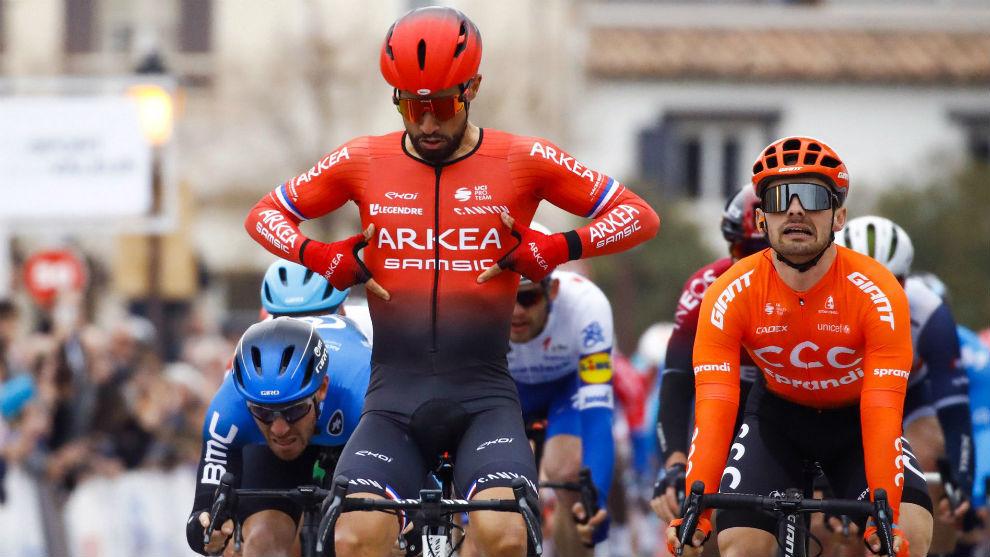Bouhanni se señala el nombre de su equipo tras ganar la etapa.