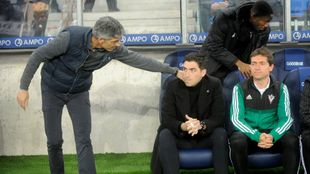 Iraola recibe el saludo de Imanol Alguacil en el Reale Arena.
