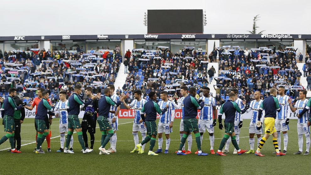 Los jugadores del Leganés y el Betis se saludan en Butarque.