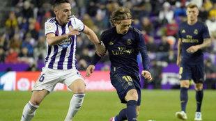 Fede San Emeterio pugna con Luka Modric.