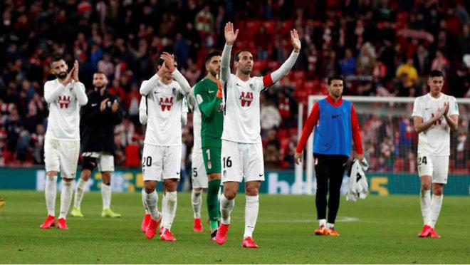 Los jugadores del Granada agradecen el apoyo de los aficionados