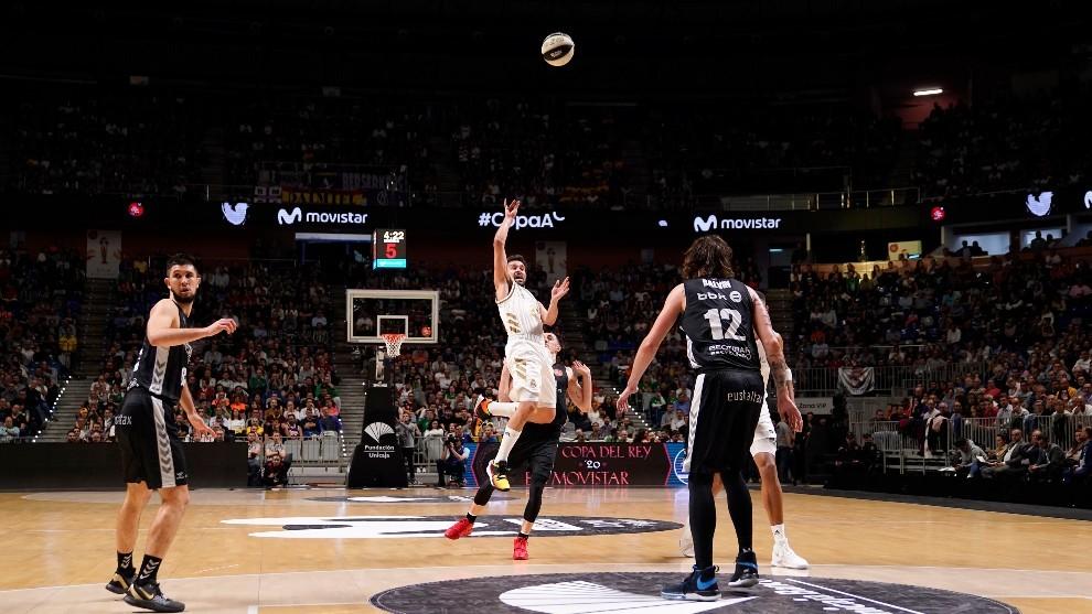 Sergio Llull lanza un triple que anotó ante el BIlbao Basket y en el...