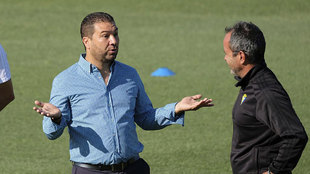 Juan Carlos Cordero conversa con Álvaro Cervera en un entrenamiento...