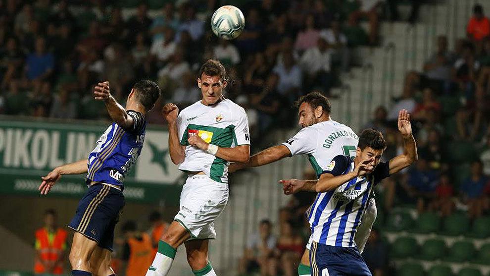 Dani Calvo despeja de cabeza ante Gonzalo Verdú en el partido ante la...