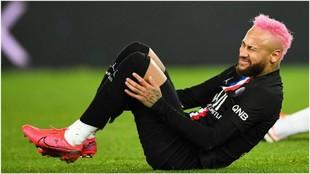 Neymar se duele contra el Montpellier.