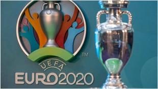 Trofeo y logo de la Euro 2020.