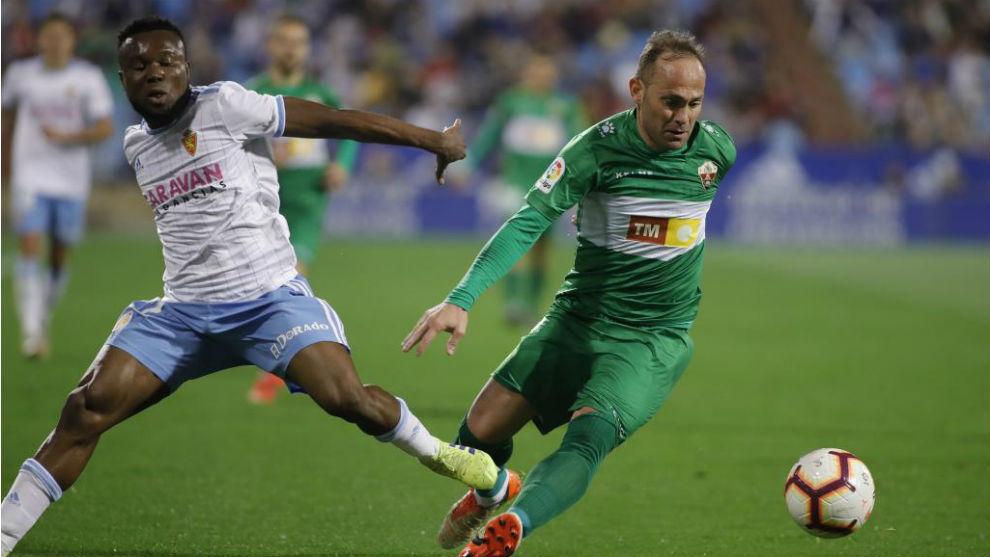 Nino intenta marcharse de Igbekeme en un Real Zaragoza-Elche.