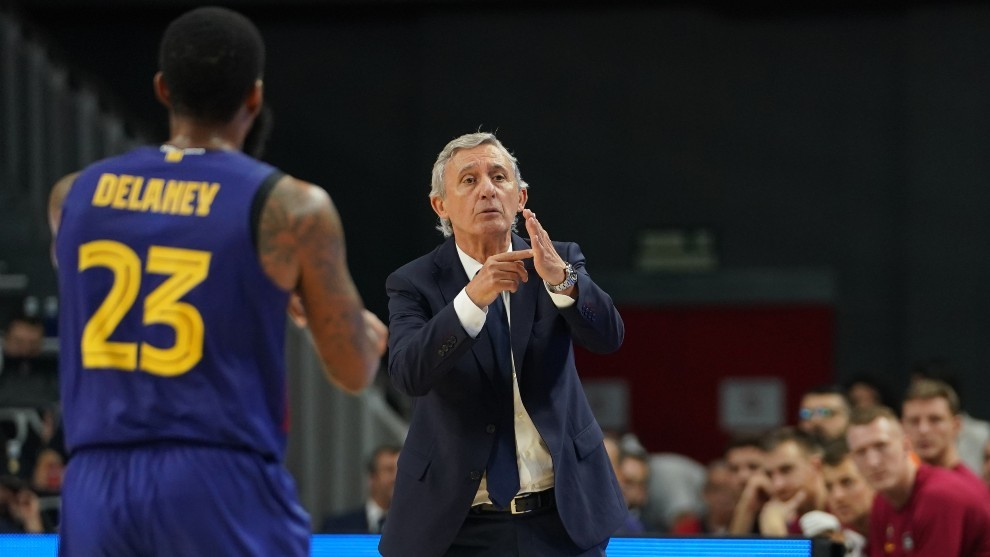 Svetislav Pesic pide un tiempo muerto ante la mirada de Malcolm...