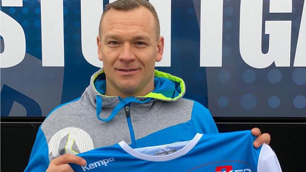 El veterano jugador alemán Christian Zeitz posa con la camiseta del...
