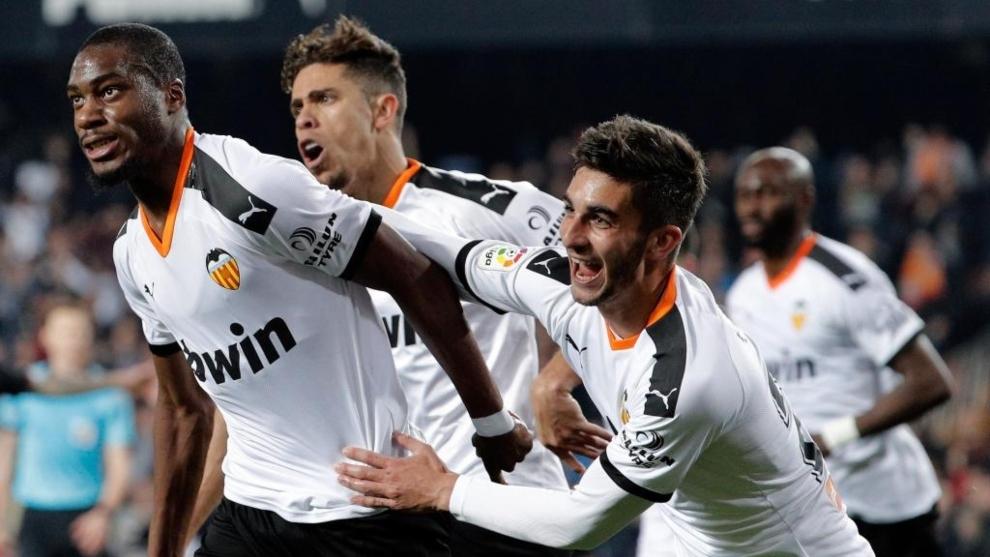 Kondogbia, agarrado por Ferran y Paulista tras marcar el gol.