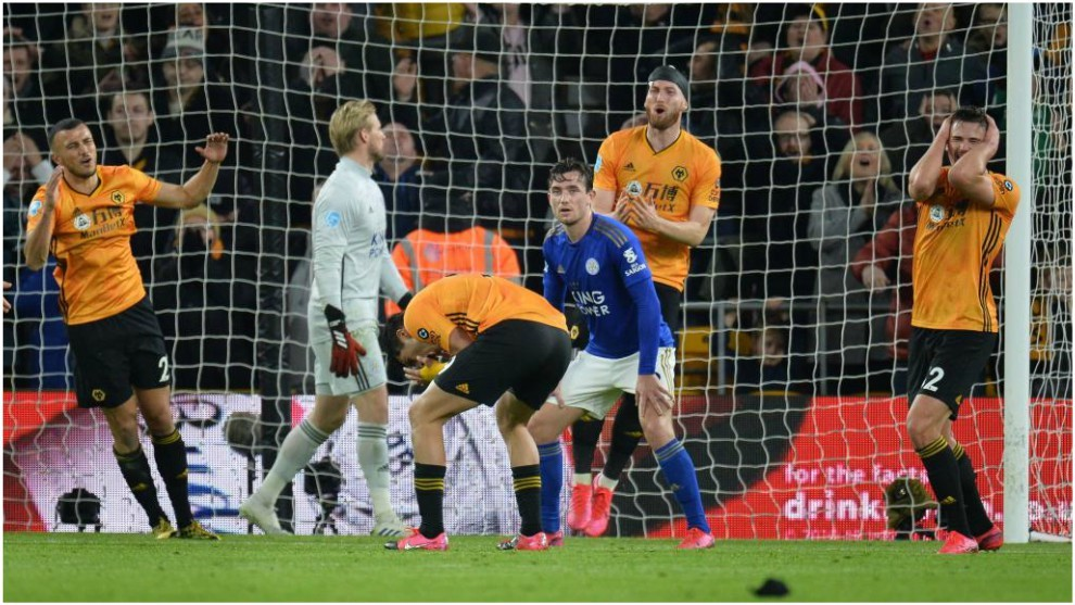 Los jugadores del Wolverhampton se lamentan de un gol fallado por...