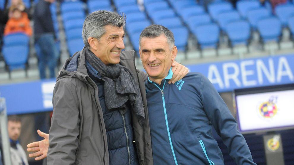 Imanol y Mendilibar se saludan en el partido de la primera vuelta.