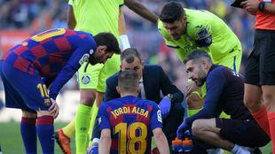 Jordi Alba es atendido