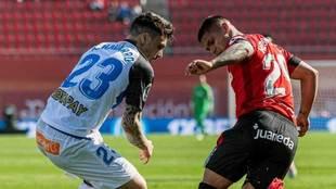 Cucho Hernández pugna con Ximo Navarro.