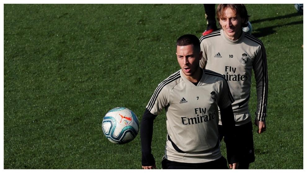 Hazard. con Modric detrás, en el entrenamiento de ayer en Valdebebas.
