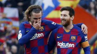 Messi y Griezmann celebran el primero gol.