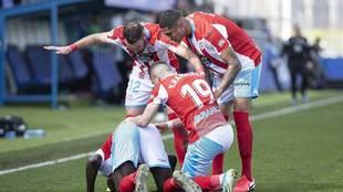 Los jugadores del Lugo celebran con El Hacen, besando el suelo, el gol...