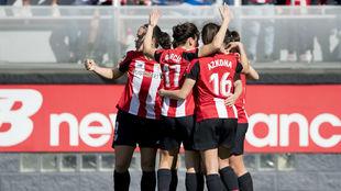 Las jugadoras del Athletic Club celebran un gol en el dserbi vasco.
