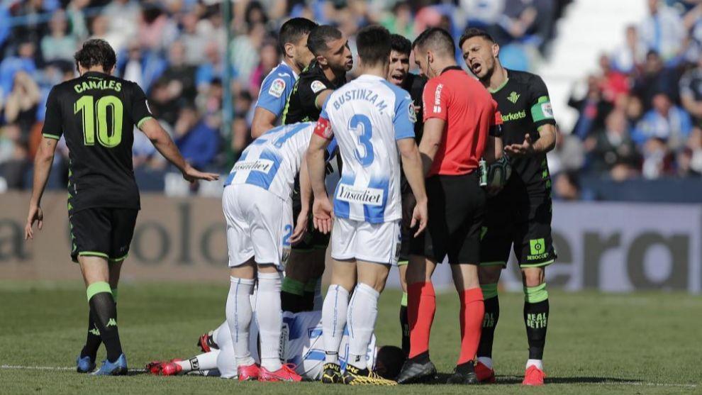 Los jugadores del Betis y del Leganés protestan ante Estrada...