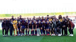 La plantilla del Barcelona ofreciendo la Supercopa de España a su...