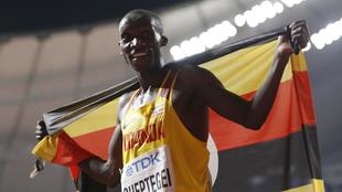 Joshua Cheptegei celebrando su victoria en la pista.