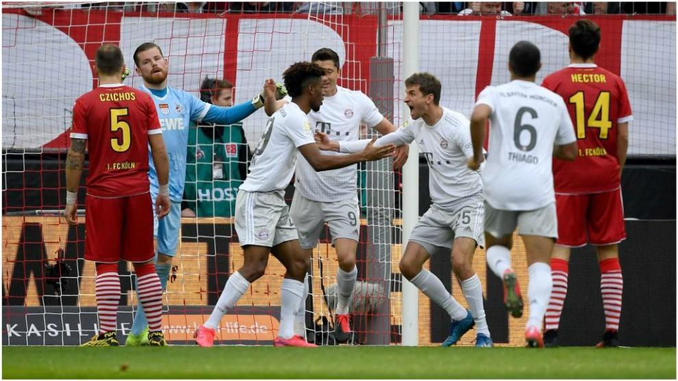 Los jugadores del Bayern celebran el gol de Coman.