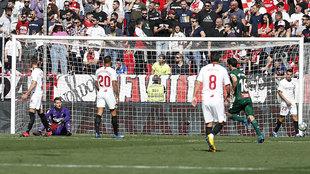 Los jugadores del Sevilla, abatidos tras un gol del Espanyol.