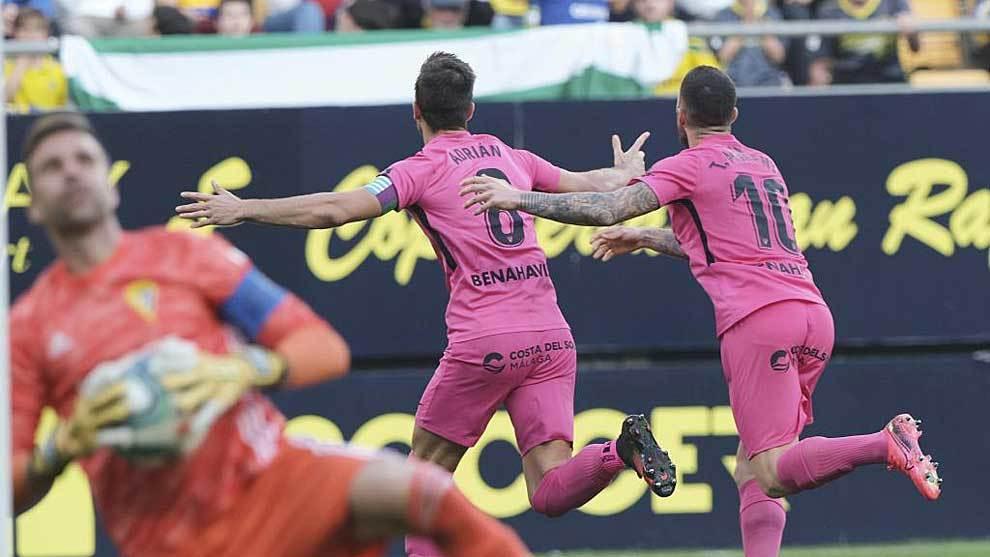 Adrián celebra el gol del triunfo mientras Cifuentes se lamenta del...