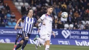 Borja Granero, con el balón, ante la presencia de Kaxe