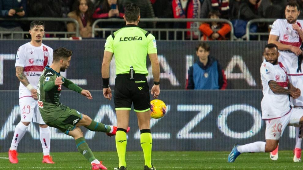 Mertens lanza a portería durante el partido contra el Cagliari