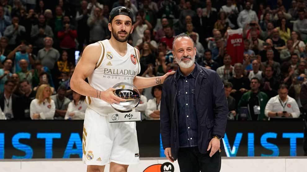 El actor Javier Gutiérrez fue el encargado de entregar el trofeo de...