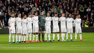 Los jugadores del Madrid, guardando el minuto de silencio por David...