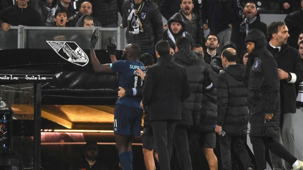 Indignación en Portugal: Futbolista abandona el terreno de juego por cánticos racistas